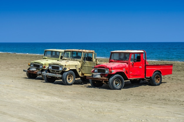 Stary samochód terenowy suv jeep idealny do przygód na tle morza