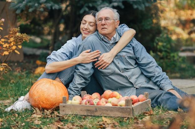 Stary senior w letnim ogrodzie z wnuczką