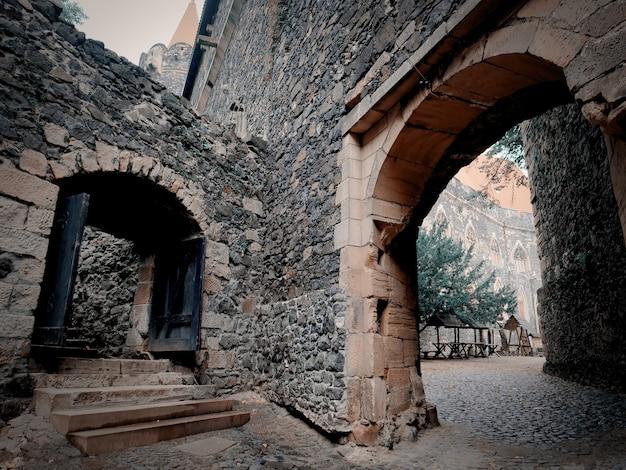 Stary średniowieczny zamek na dolnym śląsku, polska jesienią