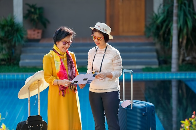 Stary starszy kobieta turysta z córką
