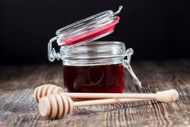 Stary stół, na którym znajduje się zdrowy i słodki miód pszczeli