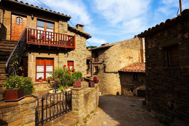 Stary street w średniowiecznej wiosce katalońskiej