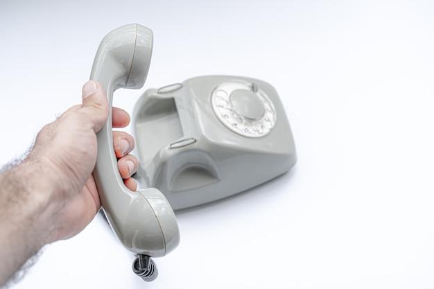 Stary talerzowy telefon na bielu