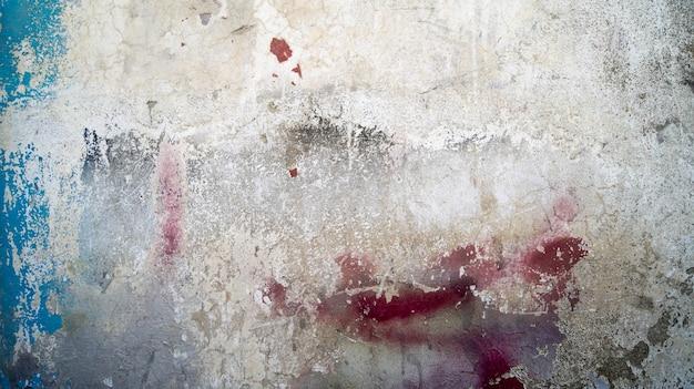 Stary teksturowany mur z rysami i pęknięciami naturalnych wad