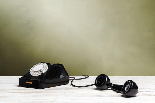 Stary telefon na drewnianym stole