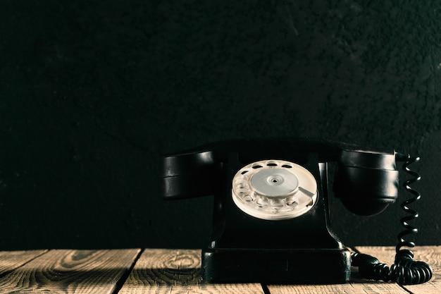 Stary telefon na drewnie