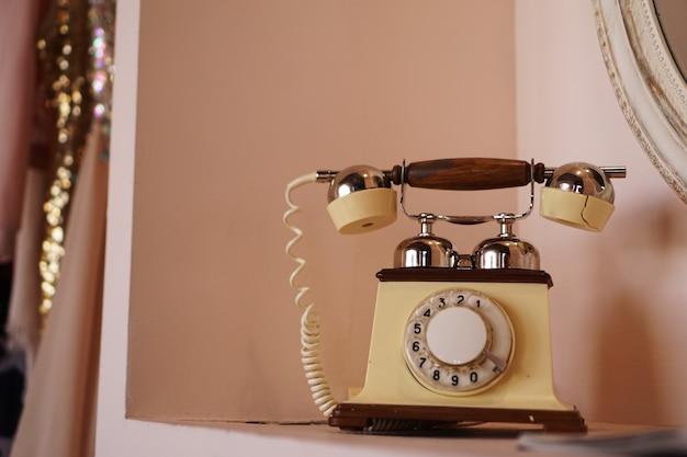 Stary telefon w stylu retro na półce