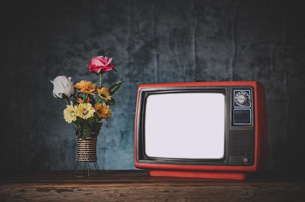 Stary telewizor retro martwa natura z wazonami z kwiatami