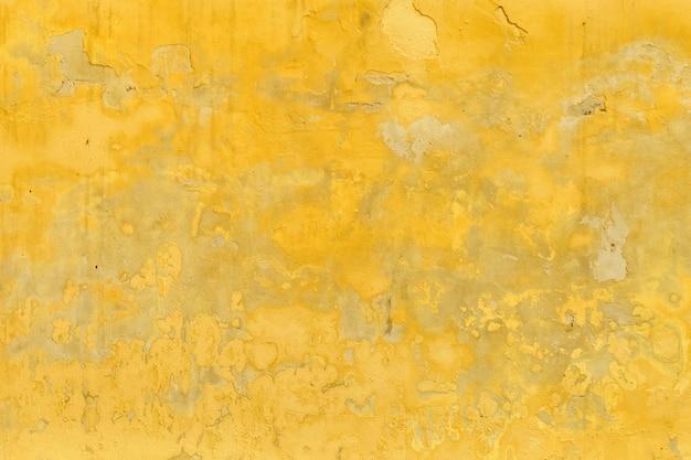 Stary tło pokryte żółtą farbą