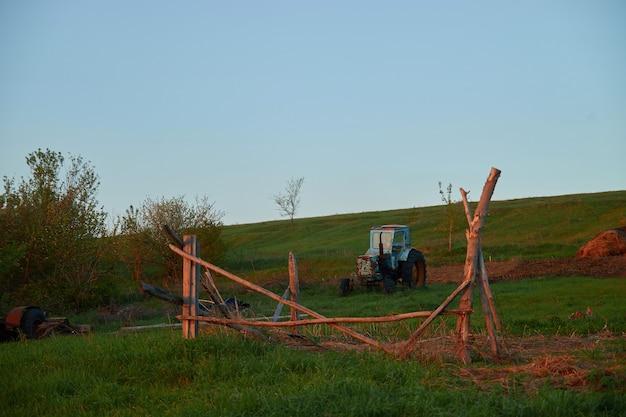Stary traktor we wsi