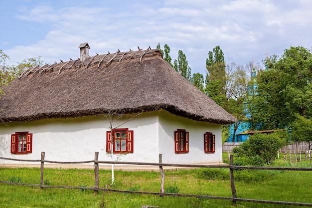 Stary ukraiński dom z dachem krytym strzechą