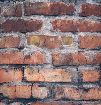 Stary uszkodzony mur z cegły