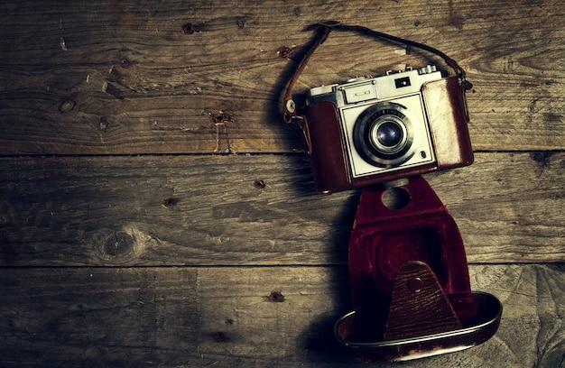 Stary vintage kamery na ciemnym tle drewniane. poziomej z miejsca na kopię.