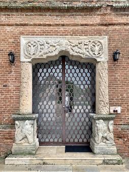 Stary vintage metalowe drzwi na mur z cegły