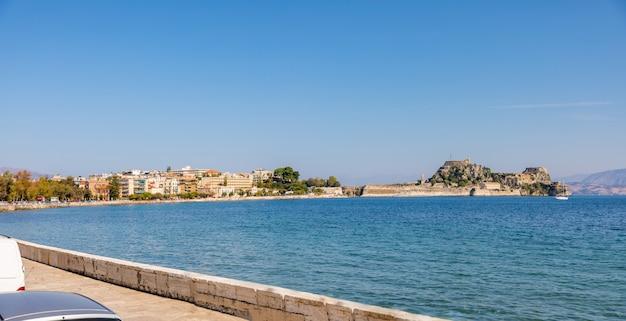 Stary wenecki forteca i grecka świątynia przy corfu, ionian wyspy, grecja