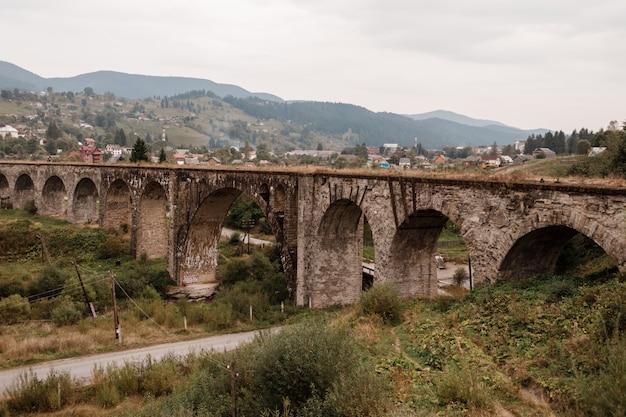Stary wiadukt kolejowy w górskim kurorcie