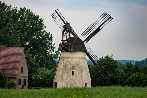 Stary wiatrak przez pochmurny dzień, europa, niemcy.