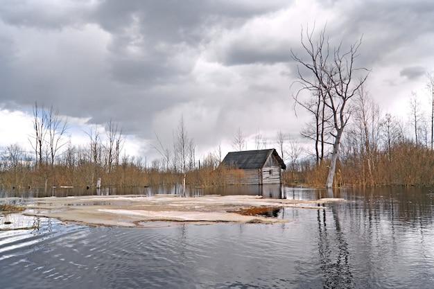 Stary wiejski dom w wodzie