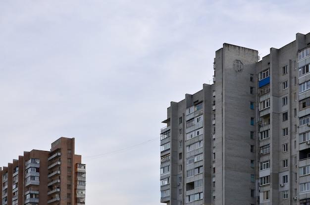 Stary wielopiętrowy dom mieszkalny w słabo rozwiniętym regionie ukrainy lub rosji