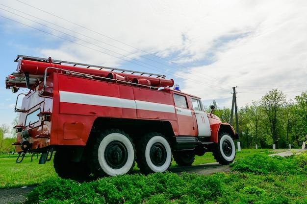 Stary wóz strażacki z zsrr. samochód z recyklingu w dobrym stanie.