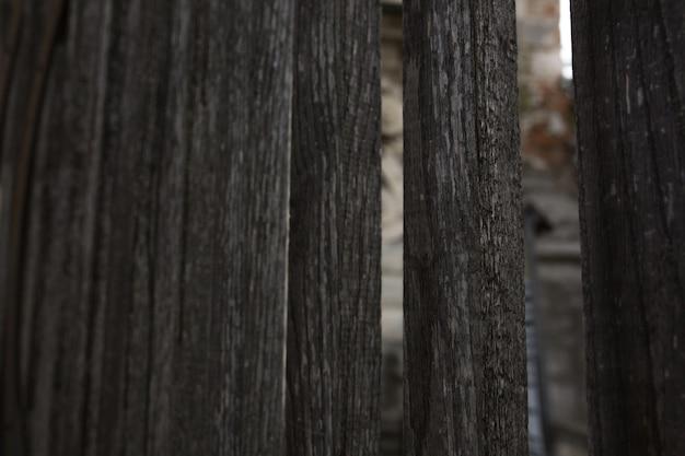 Stary wyblakły drewniany płot z otworami