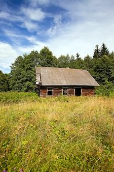 Stary wyrzucony drewniany dom. białoruś