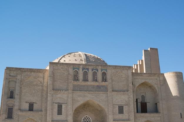 Stary zabytkowy budynek z łukiem i kopułą. starożytne budowle średniowiecznej azji. buchara, uzbekistan