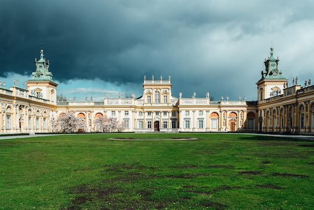 Stary zabytkowy pałac w warszawie wilanów, o architekturze parkowej