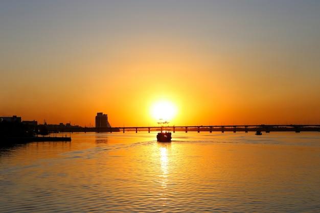 Stary żaglowiec piracki statek, z poszarpane żagle, o zachodzie słońca.