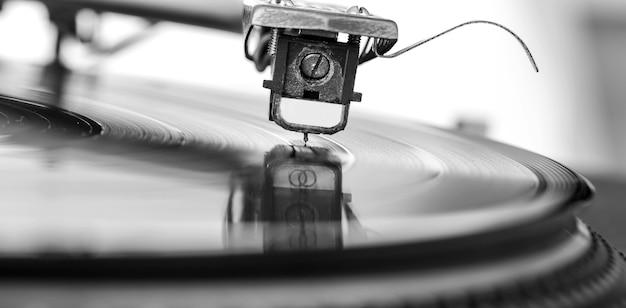 Stary zakurzony gramofon winylu na białym tle nad białym tle.
