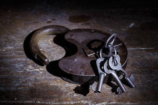 Stary zamek z kluczami w ciemności