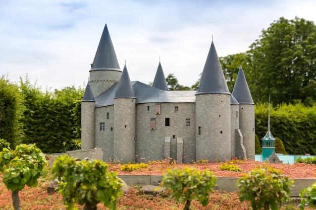 Stary zamek z wieloma wieżami, miniaturowa scena plenerowa, europa. mini figurki z wysokim rozszczepieniem przedmiotów, realistyczna diorama, model zabawkowy