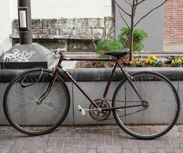 Stary zardzewiały brązowy rower