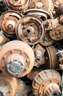 Stary zardzewiały kardan, wały napędowe i części samochodowe