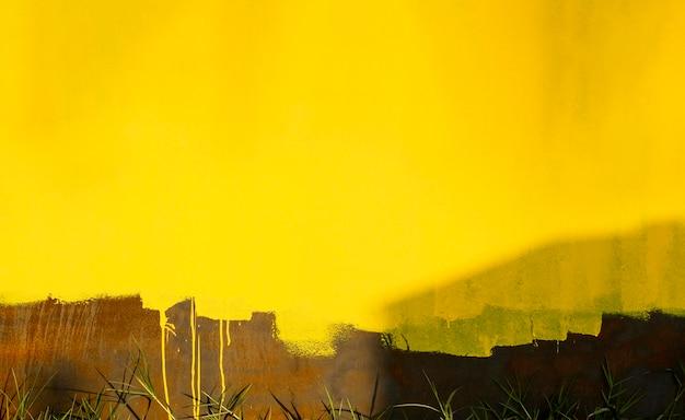 Stary zardzewiały mur z żółtymi odcieniami