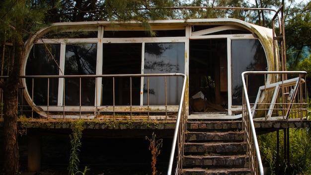 Stary zardzewiały opuszczony budynek w lesie na tajwanie