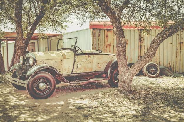 Stary zardzewiały zabytkowy samochód