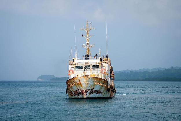 Stary, zardzewiały, zatłoczony prom, który pływa między wyspami w zatoce santiago de cuba w południowej części wyspy