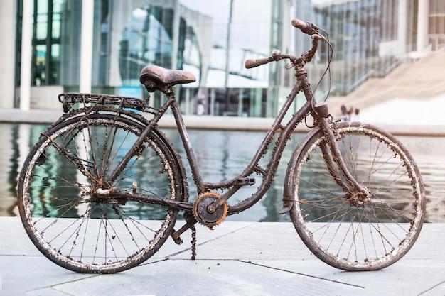 Stary zatopiony rower wyciągnięty z wody