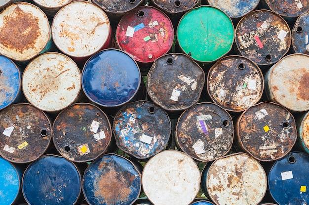 Stary zbiornik paliwa, stalowe wiadro na chemikalia, bęben olejowy lub beczka chemiczna