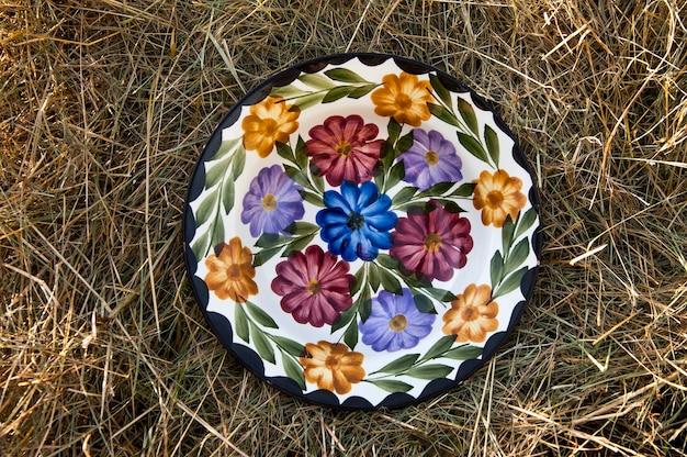 Stary zdobiony talerz porcelany