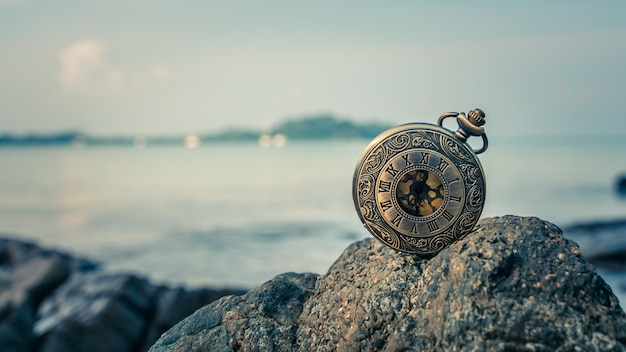 Stary zegar na morze skale