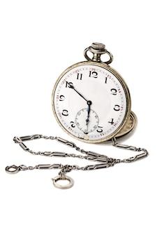 Stary zegarek kieszonkowy z łańcuchem na białym tle