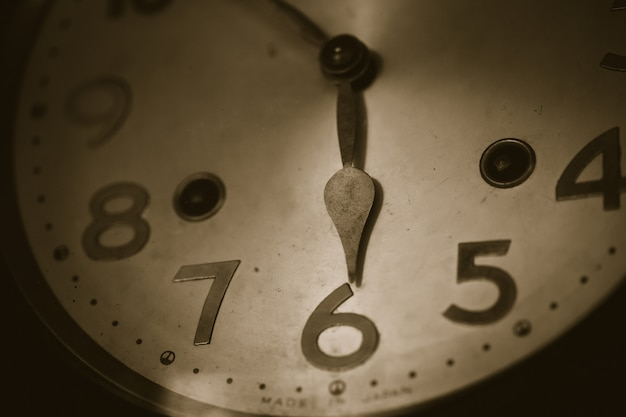 Stary zegaru wiatru zbliżenia czas przy 6 godzina rocznika koloru brzmienia zbliżeniem