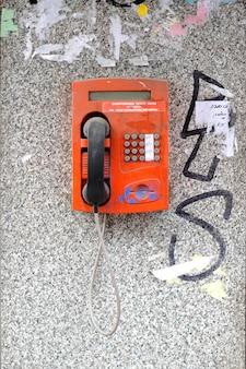 Stary zepsuty telefon w budce telefonicznej