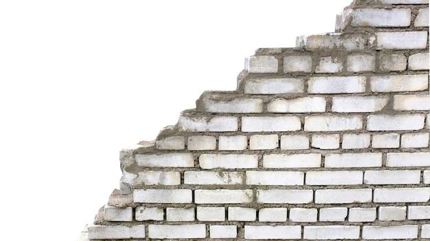 Stary zniszczony biały mur z cegły na białym tle