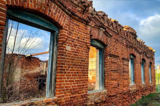 Stary zniszczony budynek z czerwonej cegły.