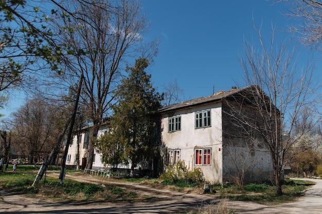 Stary zniszczony dom, który wymaga remontu, problem mieszkaniowy
