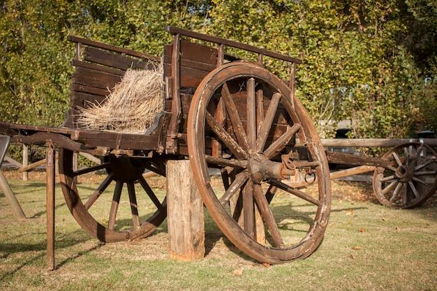 Stary zniszczony drewniany wózek w wiejskim ogrodzie
