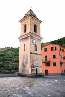 Starzejąca się dzwonnica w cinque terre, włochy